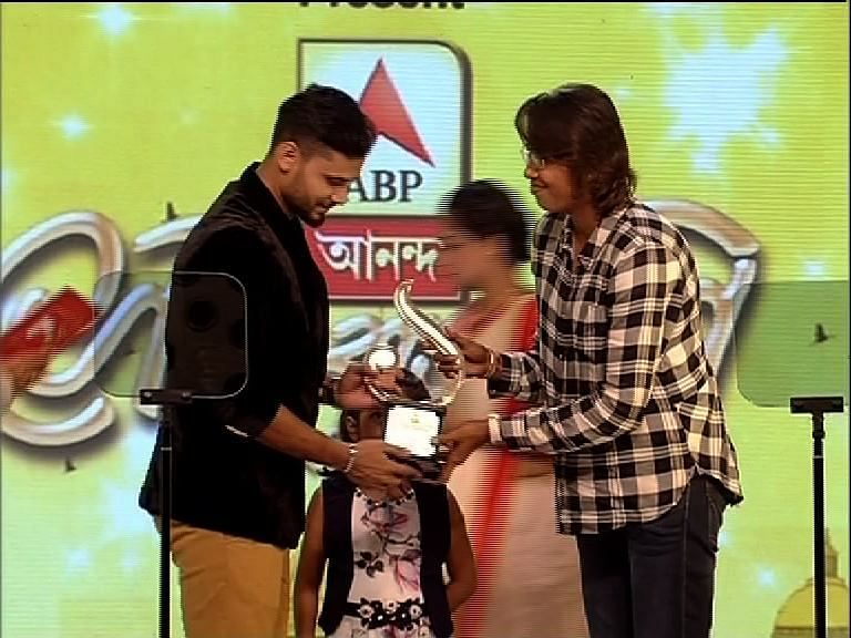 Jhulan Goswami presenting Mashrafe Mortaza with the Shera Bangali award
