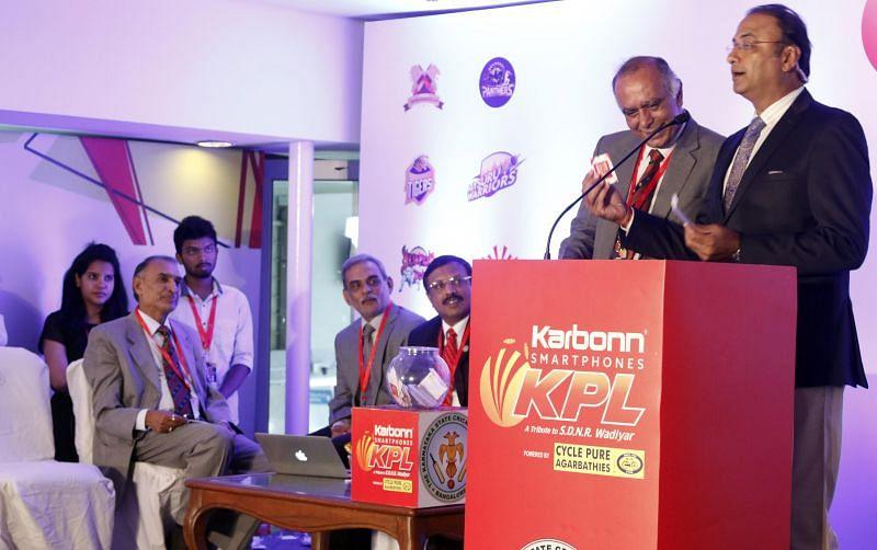 Auctioneer Mr. Charu Sharma with Mr. Sanjay Desai, President KSCA