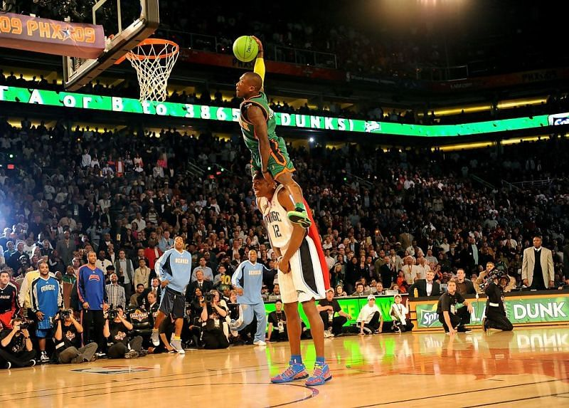 Nate Robinson dunking over Dwight Howard in the 2009 Dunk Contest (Image via zimbio.com)