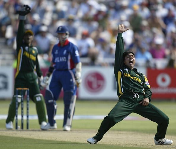 Saqlain Mushtaq of Pakistan appeals to the Umpire