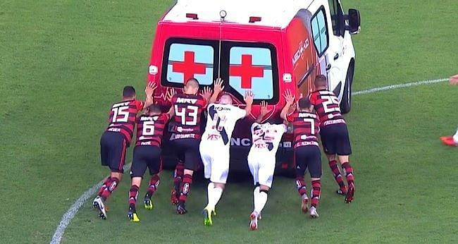 Vasco Flamengo players push ambulance