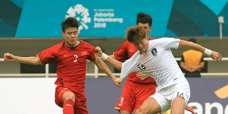 Thai Ba Sang in red jersey from Vietnam in action against Goo Boon-Cheul of Korea in the white jersey (Image Courtesy: Foxsportsasia)