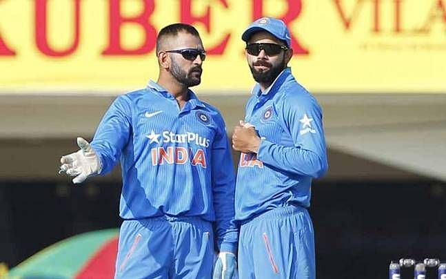 sharing his idea to Kohli in the Middle