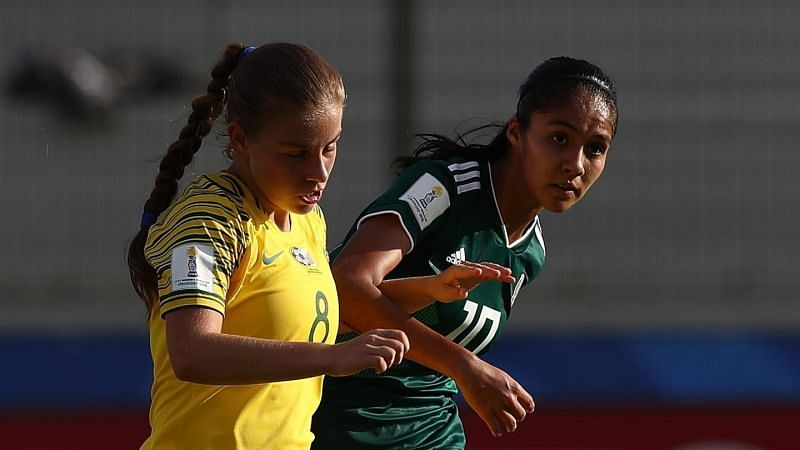 Jessica Wade of South Africa and Alison Gonzalez of Mexico on the right in action(Image Courtesy: FIFA)