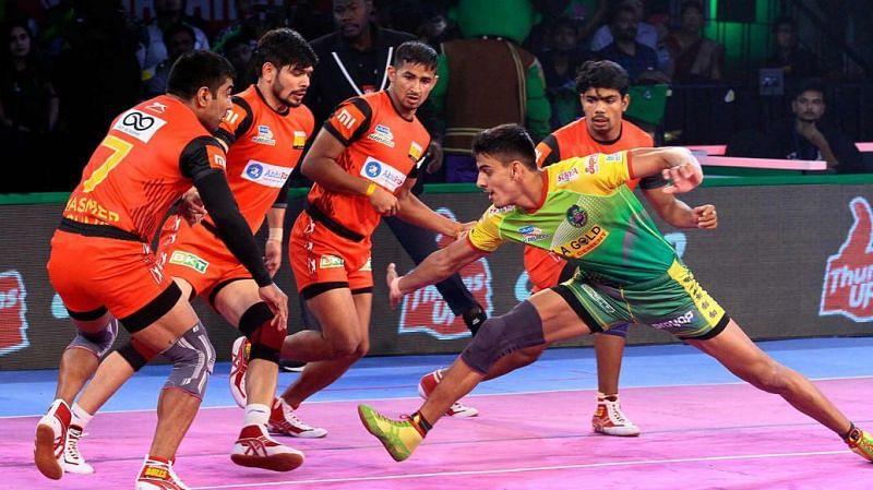 Manjeet attempting a raid. [Picture Courtesy: ProKabaddi.com]