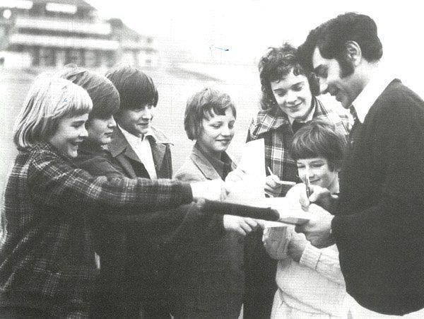 Farokh Engineer obliging English kids with his autograph