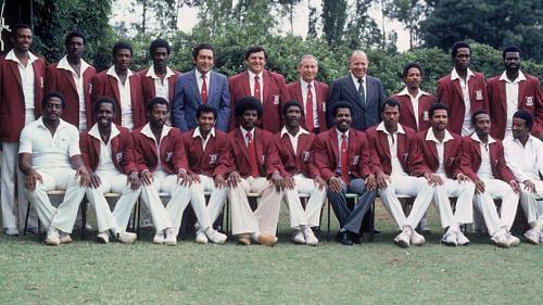 1982-83ல் மேற்கிந்தியத் தீவுகள் கிளர்ச்சி கிரிக்கெட் அணி. ஹேர்பர்ட் சாங் வலது புறத்திலிருந்து மூன்றாவதாக நின்றுக்கொண்டிருக்கிறார்.