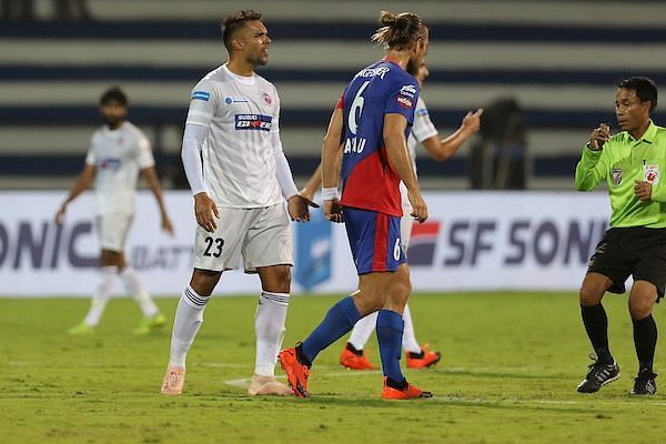 Robin Singh (left) of FC Pune City after committing a foul on Erik Paartalu of Bengaluru FC (Image: ISL)