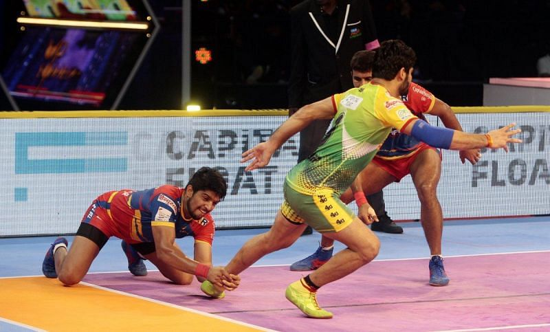 Nitesh Kumar with an ankle hold effort on Patna