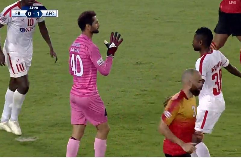 East Bengal goalkeeper Rakshit Dagar collects the ball but Aizawl's Ansumana Kromah is standing just in front of him preventing him to release the ball (Credit - Hotstar)
