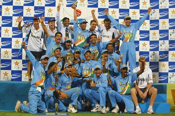 वनडे सीरीज में पाकिस्तान को 3-2 से हराकर विजेता ट्रॉफी के साथ भारतीय टीम