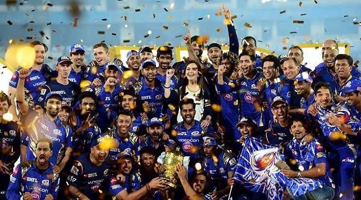 मुंबई इंडियंस की टीम आईपीएल विजेता ट्रॉफी के साथ!