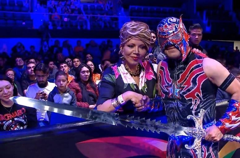 Marisela Peña ( presidente of AAA) and Aero Star as the Rey de Reyes 2019 Champion.
