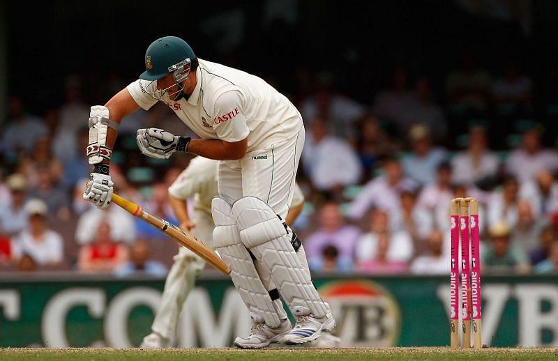 Graeme Smith bats with a broken hand