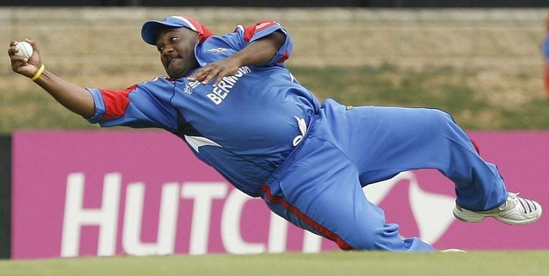 Dwayne Leverock pulled off a spectacular catch to dismiss Robin Uthappa