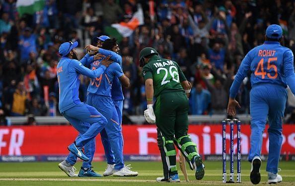 इमाम उल हक के विकेट की खुशी मनाते भारतीय खिलाड़ी