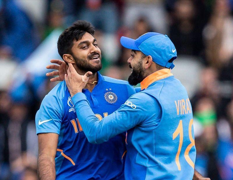 इमाम-उल-हक़ का विकेट लेने के बाद खुशी मनाते विजय शंकर और विराट कोहली