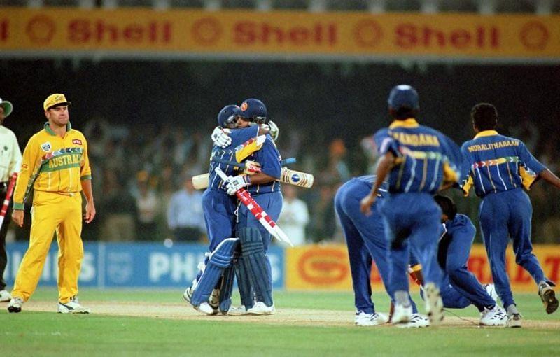 वर्ल्ड कप 1996 का फाइनल जीतने के बाद खुशी मानते श्रीलंकाई खिलाड़ी