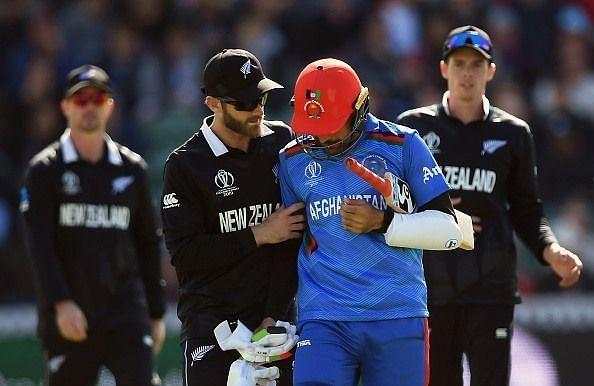 न्यूजीलैंड के खिलाफ हेल्मेट में गेंद लगने के बाद वापस जाते राशिद खान