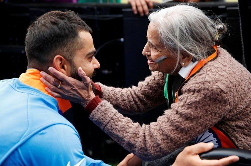 87 वर्षीय चारुलता पटेल से मिलते विराट कोहली