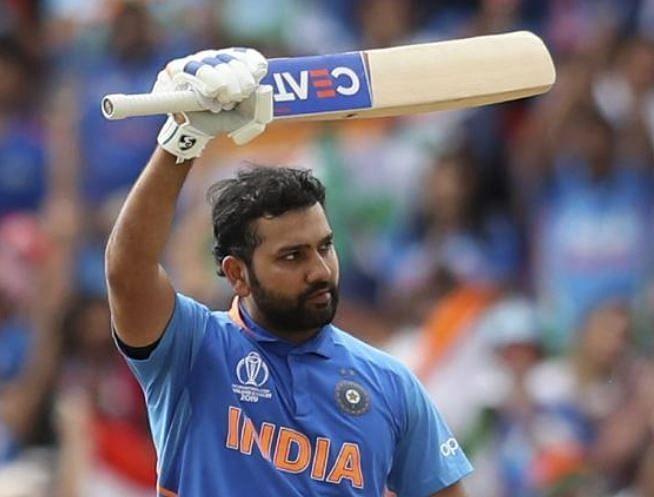 श्रीलंका के खिलाफ शतक लगाने के बाद लोगों का अभिवादन स्वीकार करते रोहित शर्मा