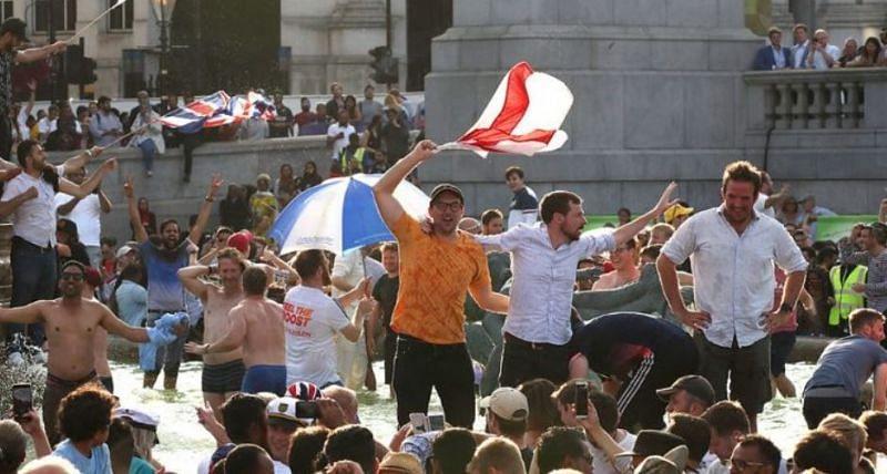 विश्वकप के फाइनल मुकाबले का लुत्फ उठाते इंग्लैंड के दर्शक