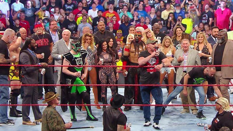 रॉ रीयूनियन के दौरान रिंग में मौजूद WWE दिग्गज