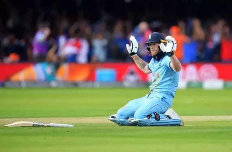 विश्वकप के फाइनल मैच में बल्ले से ओवर थ्रो में चार रन जाने के बाद माफी मांगते इंग्लैंड के बल्लेबाज बेन स्टोक्स।