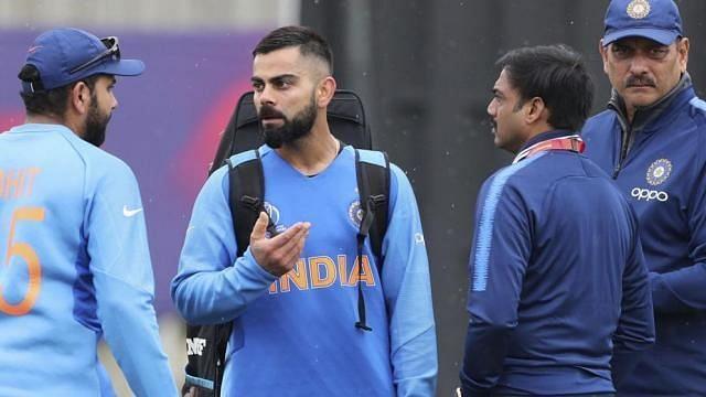 रोहित शर्मा से बात करते कप्तान विराट कोहली और साथ में  मुख्य चयनकर्ता और कोच रवि शास्त्री
