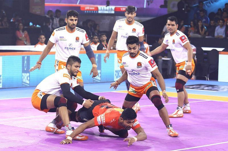 Puneri Paltan defensive unit did well to keep the raiders at bay
