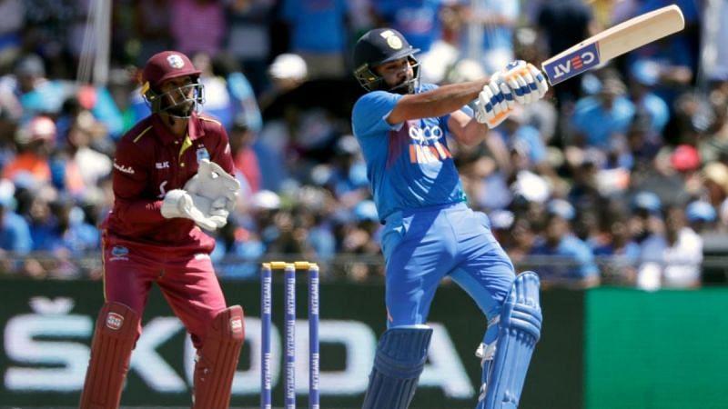 रोहित शर्मा वेस्टइंडीज के खिलाफ दूसरे टी-20 में शॉट लगाते हुए