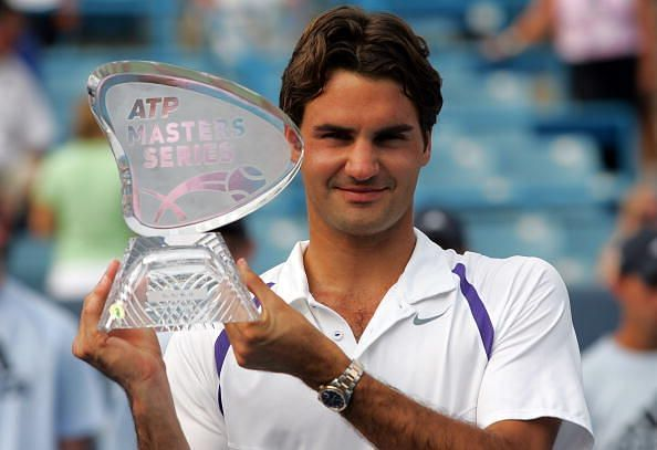 Federer poses with his 14th Masters 1000 title at 2007 Cincinnati