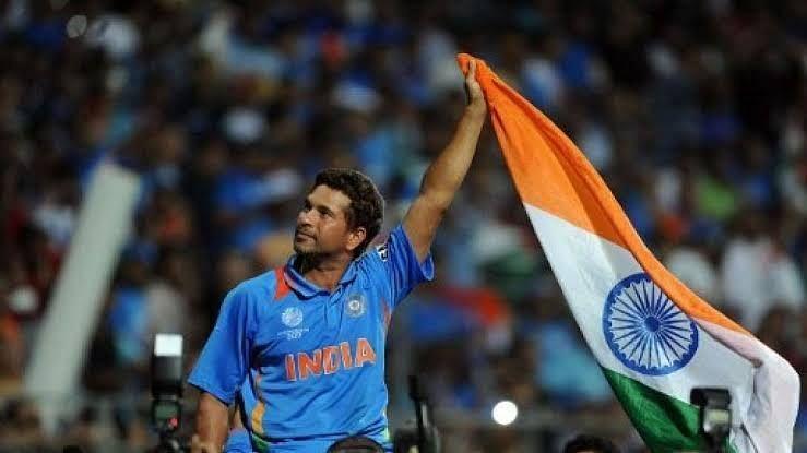 विश्व कप जीतने के बाद दर्शकों का अभिवादन स्वीकार करते सचिन तेंदुलकर