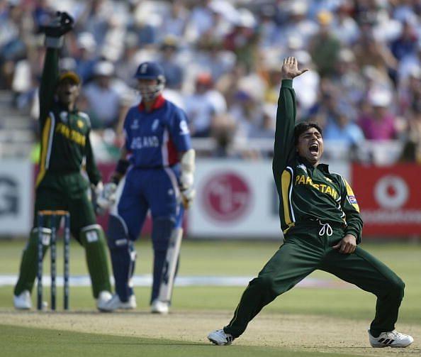 Saqlain Mushtaq of Pakistan appeals to the Umpire