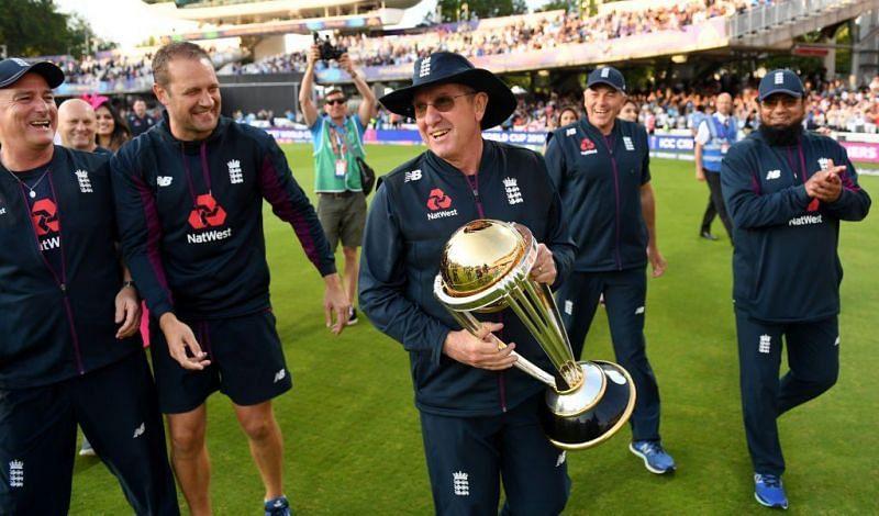 इंग्लैंड के विश्व कप जीतने के बाद ट्रॉफी के साथ मुख्य कोच ट्रेवर बेलिस
