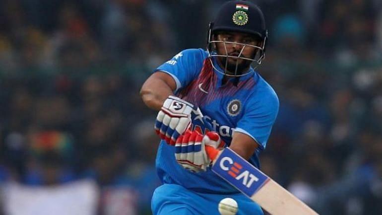 बल्लेबाज़ी करते हुए सुरेश रैना