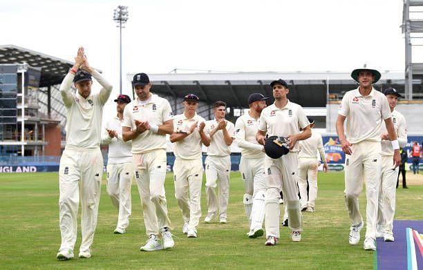 एक टेस्ट मैच जीतने के बाद जश्न मनाती इंग्लैंड की टीम