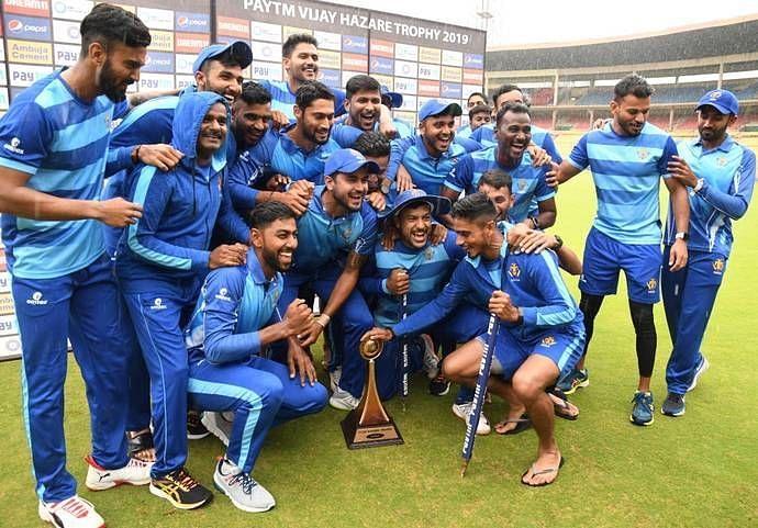 कर्नाटक की टीम  विजय हज़ारे ट्रॉफी के साथ