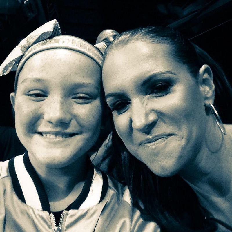 स्टैफनी मैकमैहन अपनी बेटी के साथ