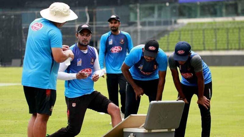 कोच रसेल डोमिंगो के साथ बांग्लादेशी क्रिकेटर्स