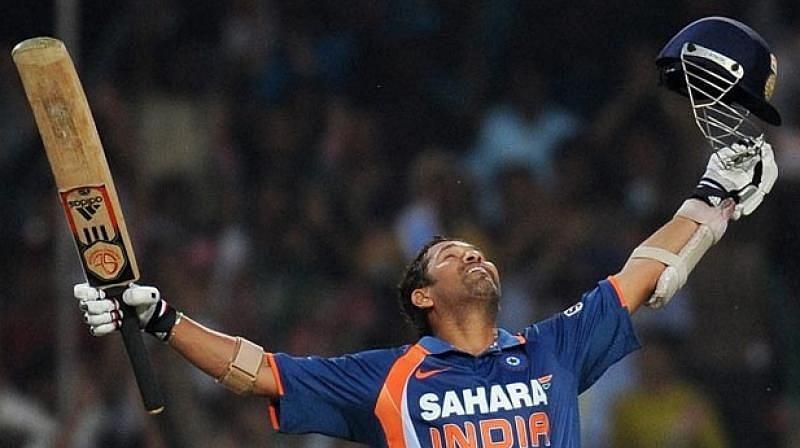 सचिन तेंदुलकर वनडे और टेस्ट दोनों प्रारूपों में दोहरा शतक लगाने वाले पहले बल्लेबाज हैं