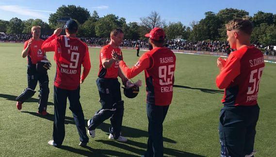जीतने के बाद इंग्लिश टीम