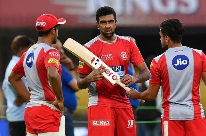 किंग्स इलेवन पंजाब के साथी खिलाड़ियों के साथ रविचंद्रन अश्विन