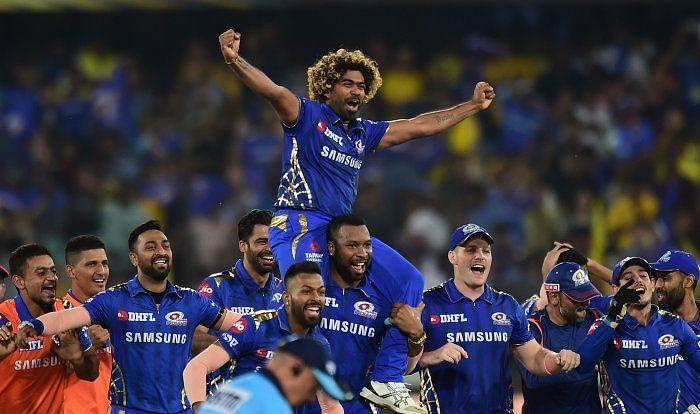 आईपीएल 2019 का ख़िताब जीतने के बाद जश्न मनाते हुए मुंबई इंडियंस के खिलाड़ी