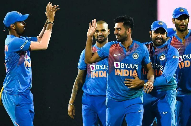 रोहित शर्मा और टीम के साथी खिलाड़ियों के साथ जश्न मनाते दीपक चाहर