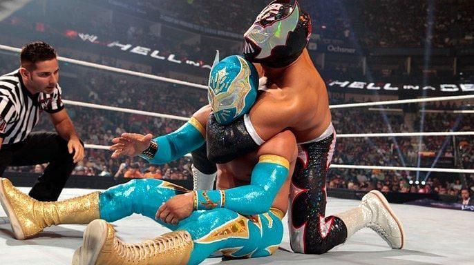 Sin Cara Negro and Sin Cara Azul battling it out