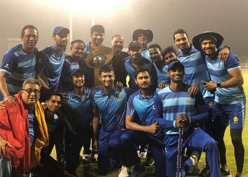 ट्रॉफी के साथ कर्नाटक की टीम