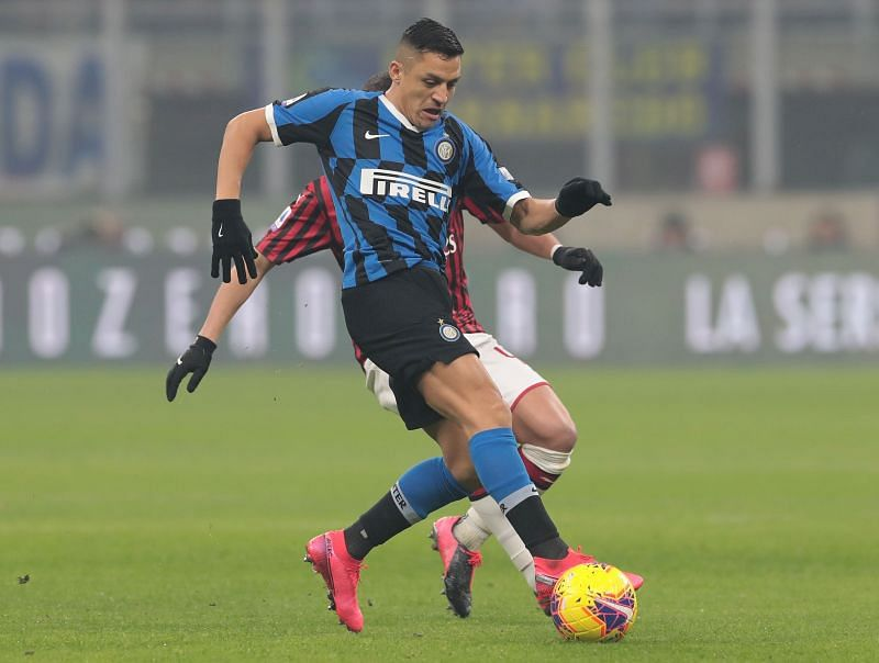 Alexis Sanchez fighting for the ball against AC Milan