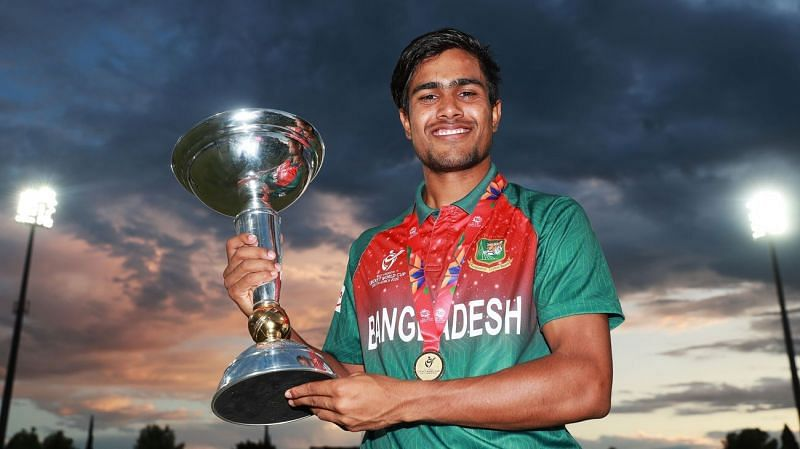 Akbar Ali with the ICC U19 World Cup trophy