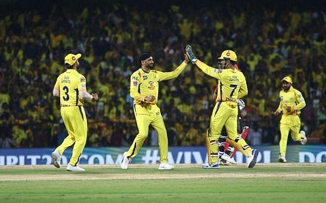 टीम के साथी खिलाड़ियों के साथ जश्न मनाते हरभजन सिंह
